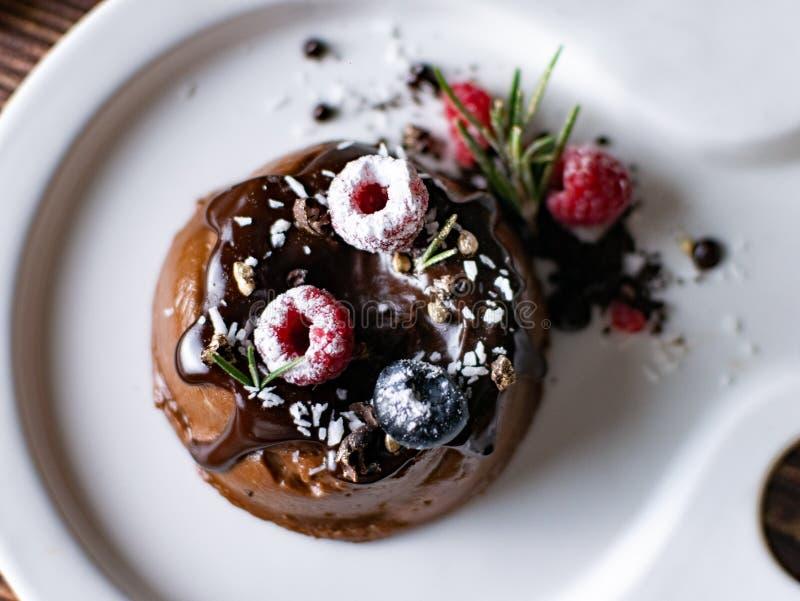 Bolo de creme da musse do chocolate com bagas frescas Desser delicioso imagem de stock