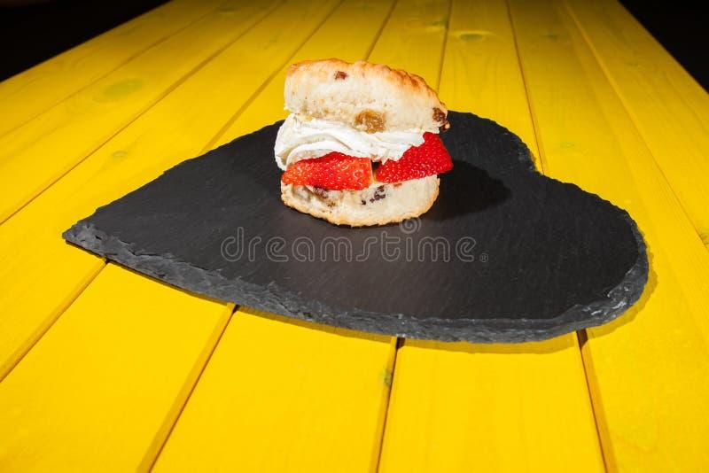 Bolo de creme fresco da morango Alimento de café da manhã do dia de Valentim imagem de stock