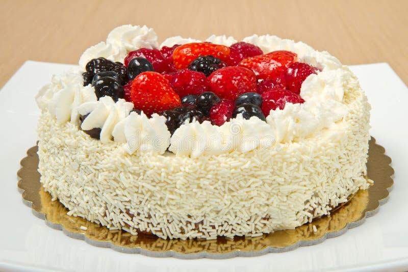 Bolo de crosta de gelo de creme branco com frutas imagens de stock