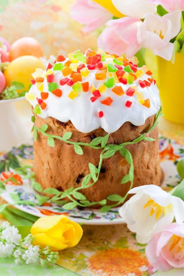 Bolo de Easter e ovos coloridos fotografia de stock