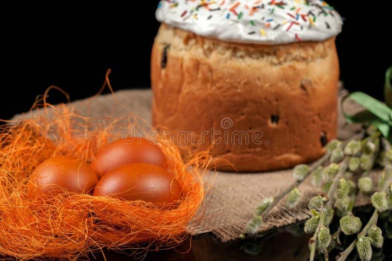 Bolo de Easter e ovos coloridos fotos de stock royalty free