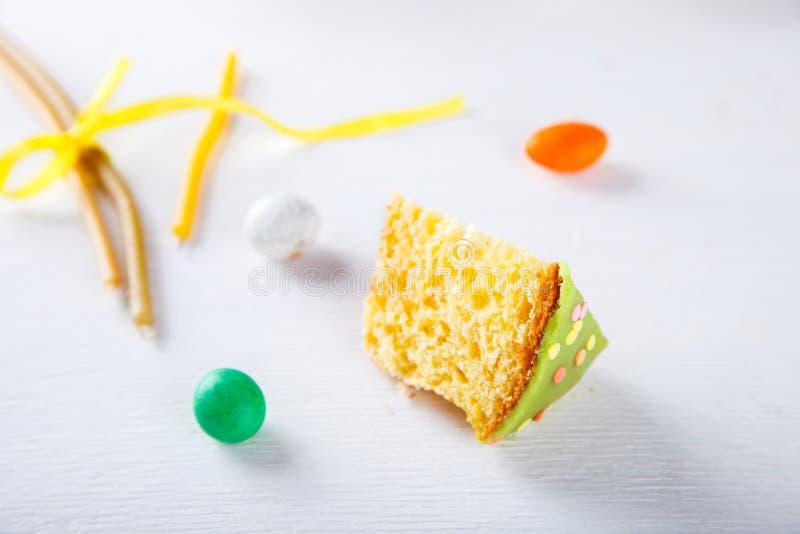 Bolo de Easter e ovos coloridos foto de stock