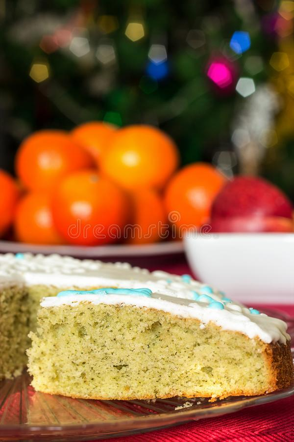 Bolo de esponja caseiro delicioso com a hortelã Conceito do Natal Azul imagem de stock royalty free