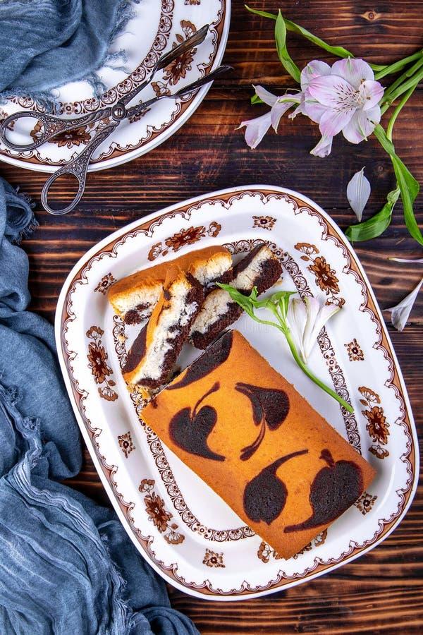 Bolo de esponja da folha do chocolate imagem de stock royalty free