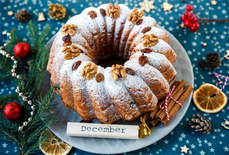 Bolo de frutas tradicional para o Natal decorado com açúcar pulverizado e porcas, passas fotos de stock