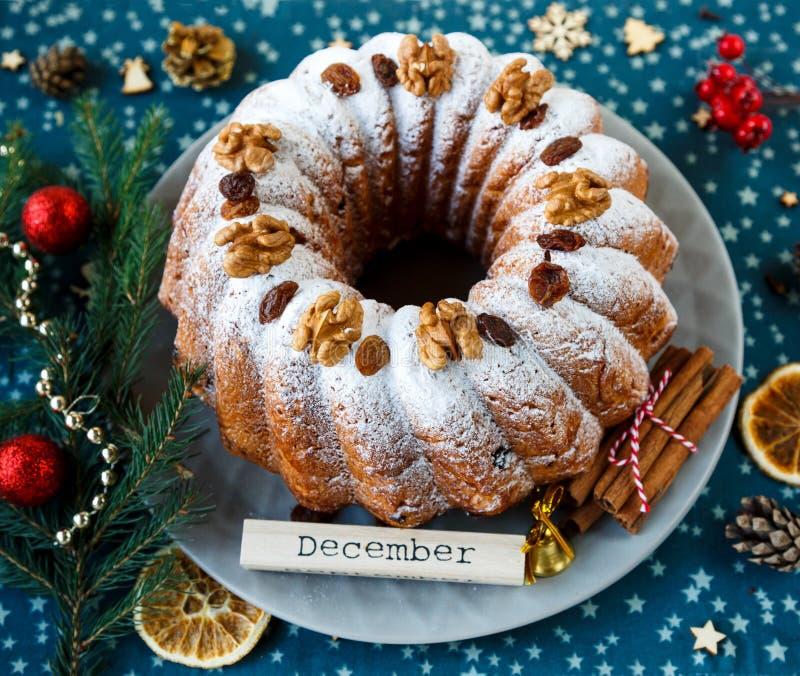 Bolo de frutas tradicional para o Natal decorado com açúcar pulverizado e porcas, passas Delicioius caseiro fotografia de stock royalty free