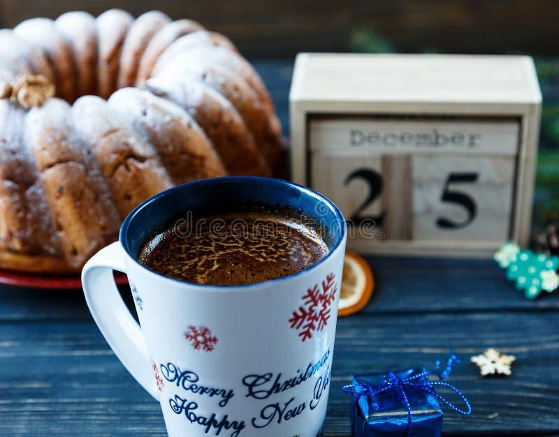 Bolo de frutas tradicional para o Natal decorado com açúcar pulverizado e porcas, passas Delicioius caseiro fotografia de stock