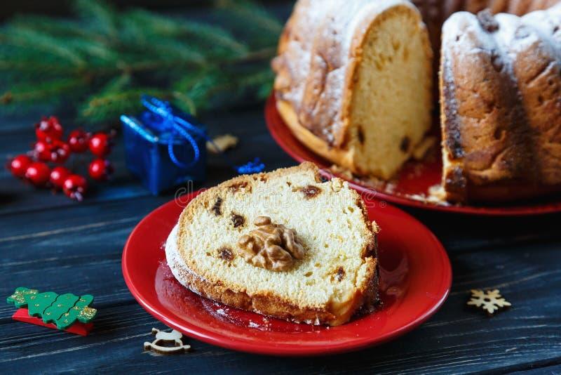 Bolo de frutas tradicional para o Natal decorado com açúcar pulverizado e porcas, passas Delicioius caseiro foto de stock royalty free