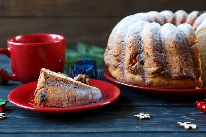 Bolo de frutas tradicional para o Natal decorado com açúcar pulverizado e porcas, passas Delicioius caseiro imagens de stock royalty free