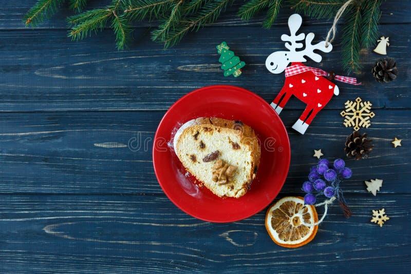 Bolo de frutas tradicional para o Natal decorado com açúcar pulverizado e porcas, passas Delicioius caseiro foto de stock