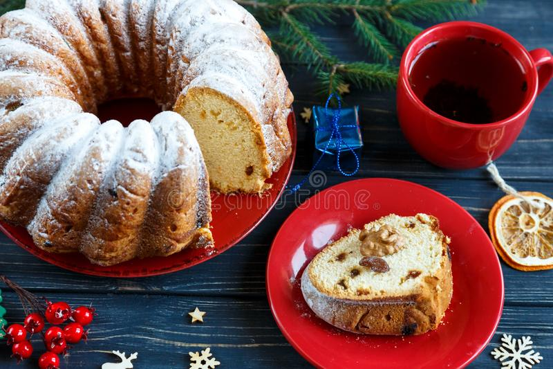 Bolo de frutas tradicional para o Natal decorado com açúcar pulverizado e porcas, passas Delicioius caseiro fotos de stock
