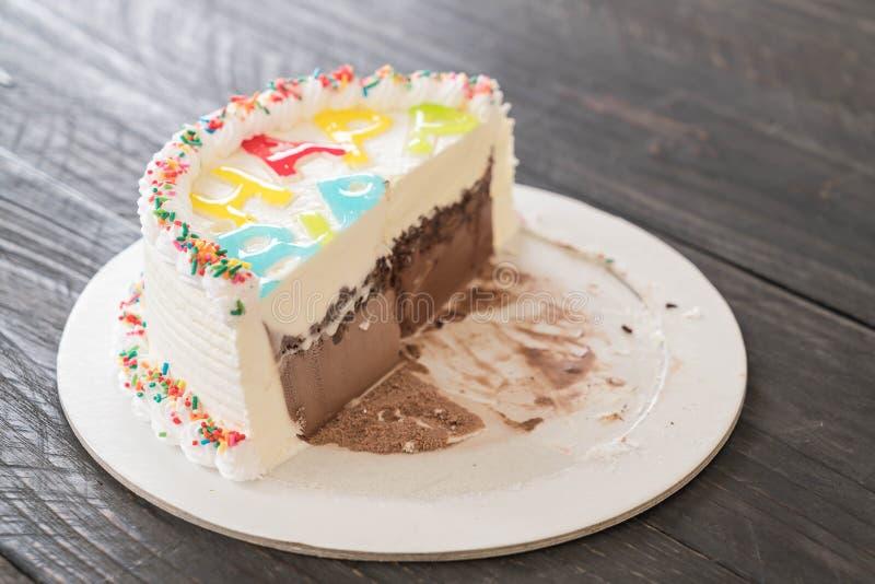 bolo de gelado do feliz aniversario imagens de stock