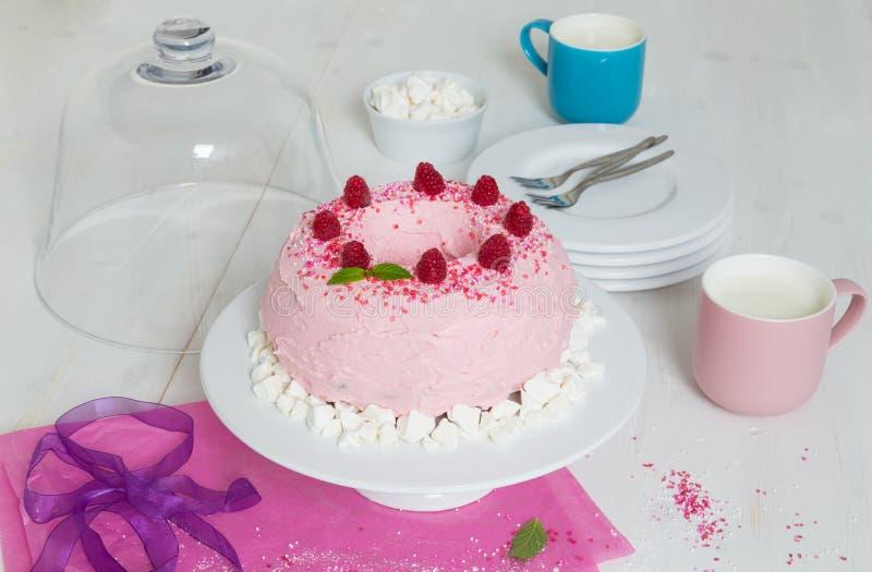 Bolo de Gugelhupf com buttercream e as framboesas cor-de-rosa imagem de stock