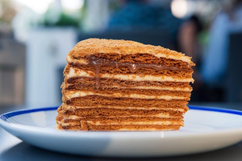 Bolo de mel delicioso com o gotejamento salgado do caramelo da camada superior fotos de stock