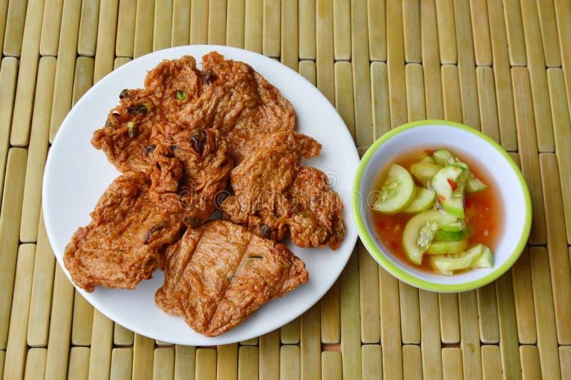 Bolo de peixes fritado Tod Mun chamado tailandês e molho doce fotos de stock royalty free
