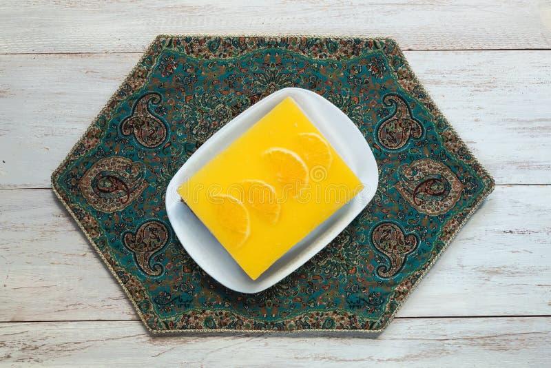 Bolo de queijo amarelo com laranjas em uma tabela de madeira branca Vista superior imagens de stock royalty free