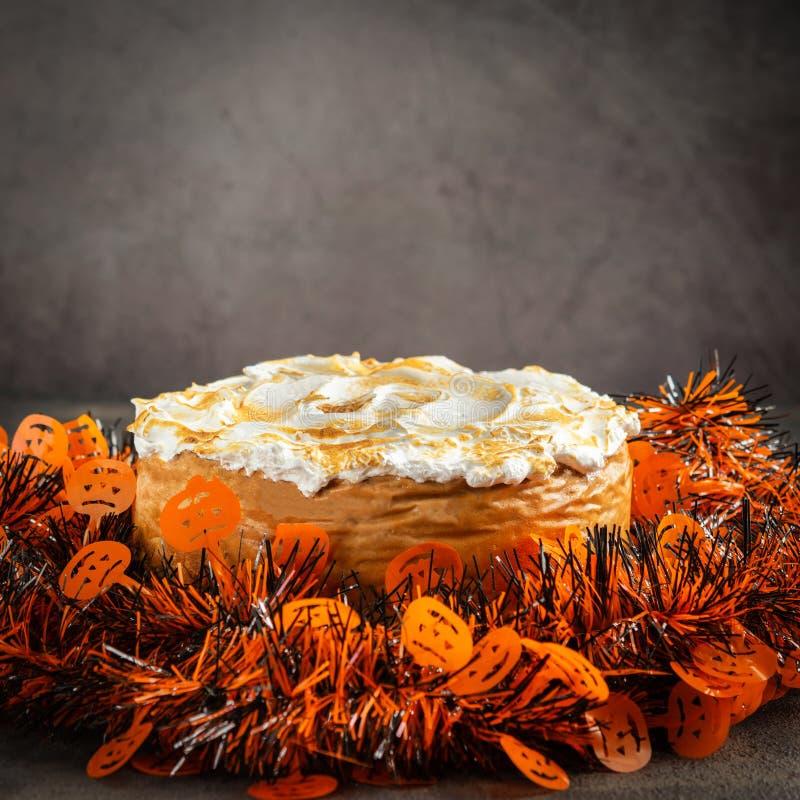 Bolo de queijo caseiro clássico da abóbora com a cobertura da merengue do marshmallow decorada com chapéus de coco de Dia das Bru fotos de stock royalty free