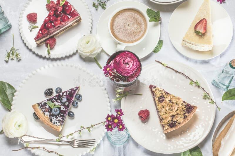Bolo de queijo caseiro com framboesas e a hortelã frescas para a sobremesa - bolo de queijo orgânico saudável da torta da sobreme fotografia de stock royalty free
