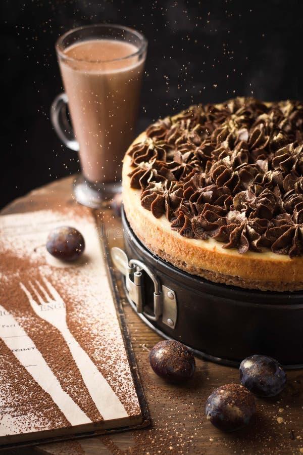 bolo de queijo clássico com creme do chocolate no ouro cintilante foto de stock