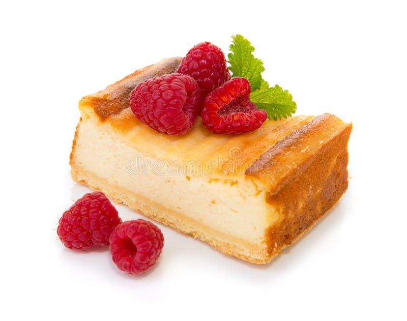 Bolo de queijo com as framboesas frescas isoladas fotos de stock royalty free