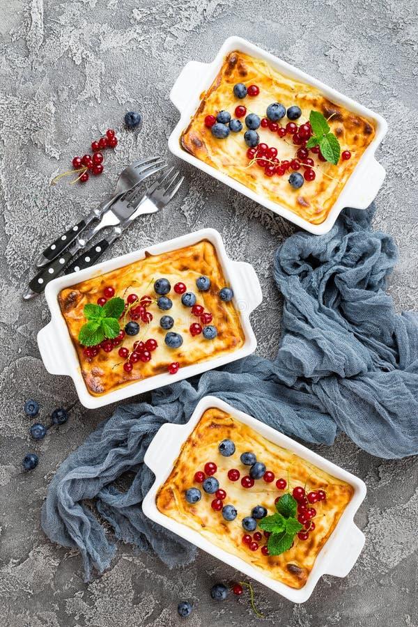 Bolo de queijo com bagas frescas Bolo de queijo com mirtilo e o corinto vermelho foto de stock royalty free
