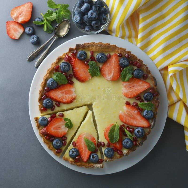 Bolo de queijo com framboesas e hortelã, bolo de queijo cremoso caseiro delicioso Imagem quadrada imagens de stock