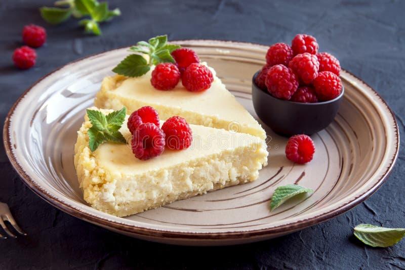 Bolo de queijo com framboesas frescas fotografia de stock royalty free