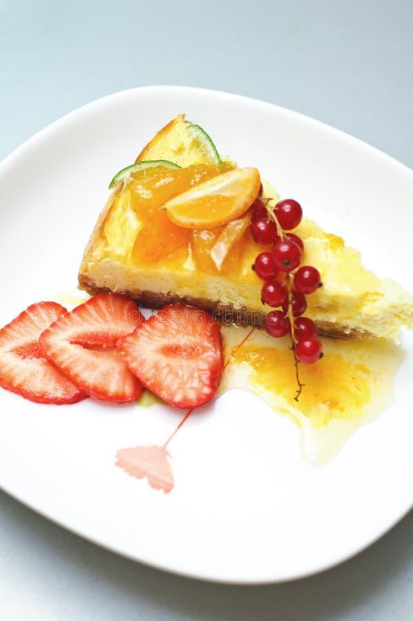 Bolo de queijo com frutas e atolamento fotografia de stock royalty free