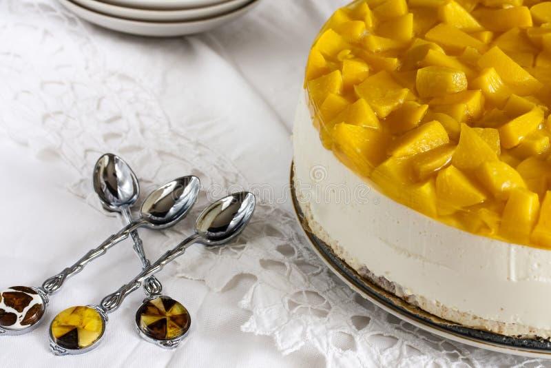 Bolo de queijo com iogurte e pêssegos foto de stock royalty free