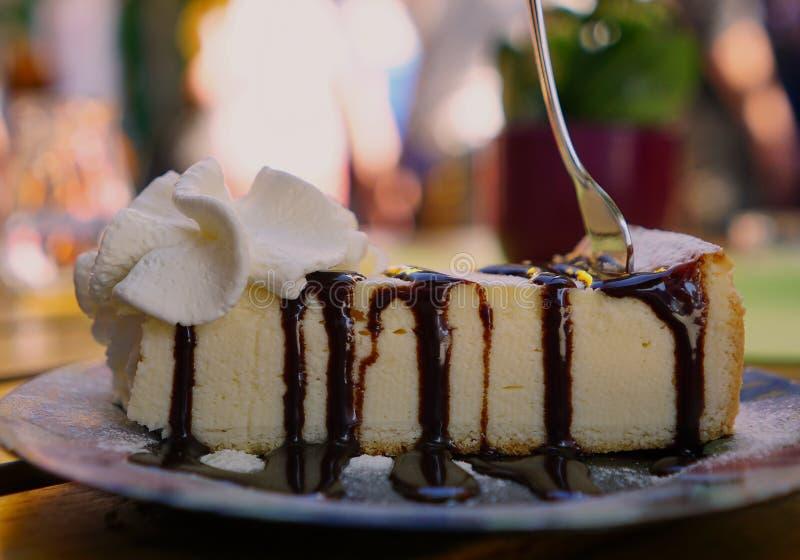 Bolo de queijo com molho de chocolate do gotejamento foto de stock