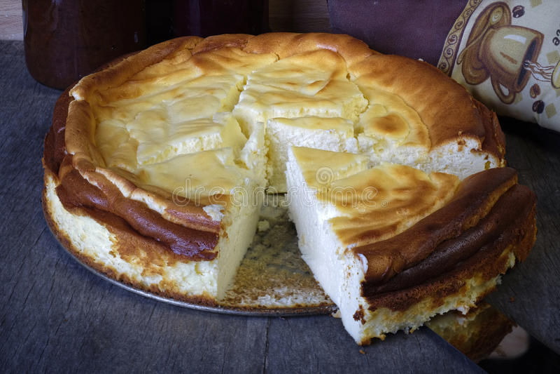 Bolo de queijo completo com uma peça cortada imagem de stock royalty free