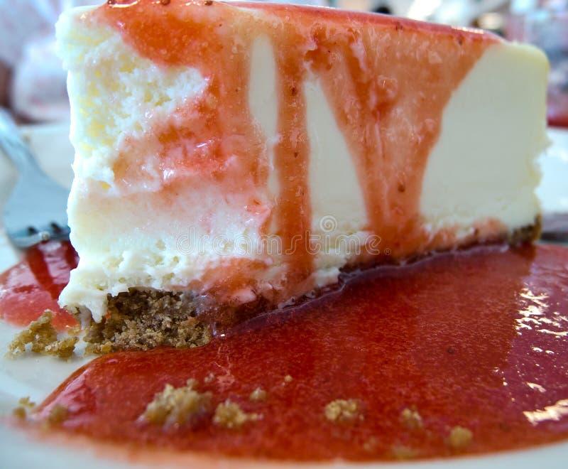Bolo de queijo da morango imagem de stock