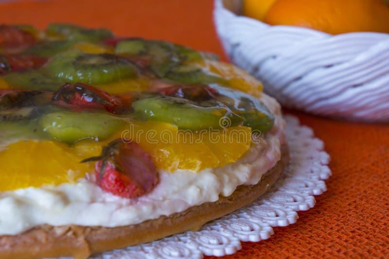 Bolo de queijo da ricota com frutos imagens de stock