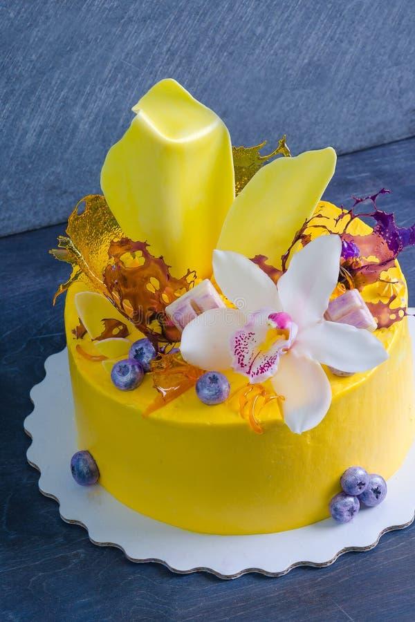 Bolo de queijo de creme amarelo com decoros da torção e do isomalt do chocolate fotos de stock
