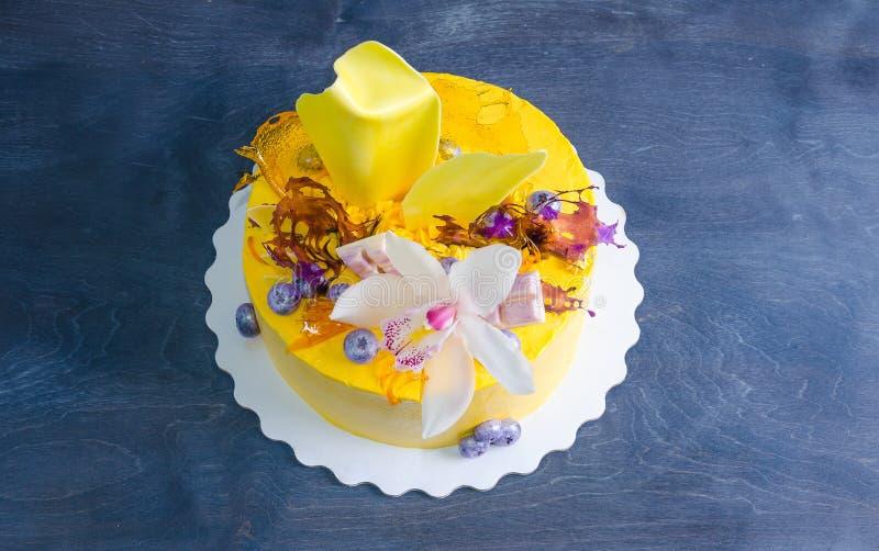 Bolo de queijo de creme amarelo com decoros da torção e do isomalt do chocolate imagem de stock royalty free