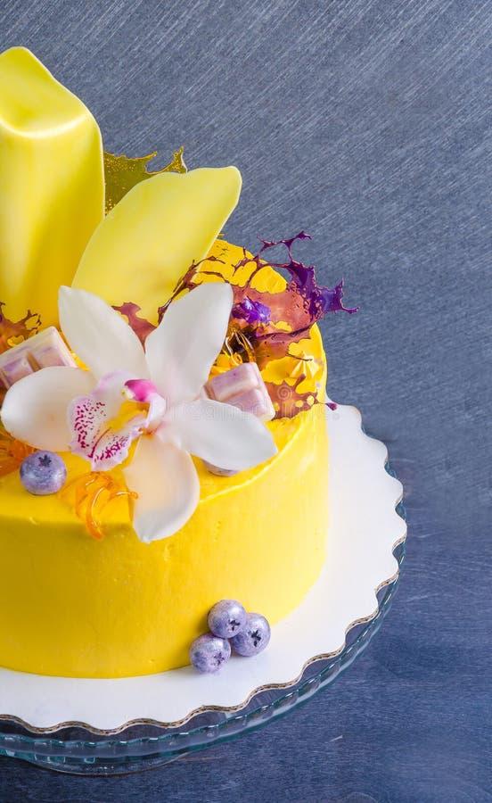Bolo de queijo de creme amarelo com decoros da torção e do isomalt do chocolate foto de stock royalty free