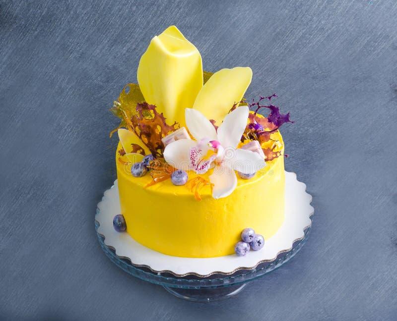 Bolo de queijo de creme amarelo com decoros da torção e do isomalt do chocolate imagens de stock royalty free