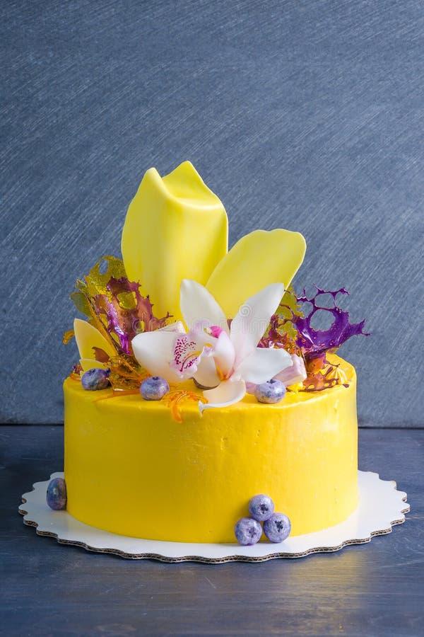 Bolo de queijo de creme amarelo com decoros da torção e do isomalt do chocolate fotos de stock royalty free
