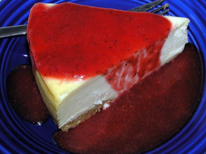 Bolo de queijo de New York com molho da morango fotografia de stock