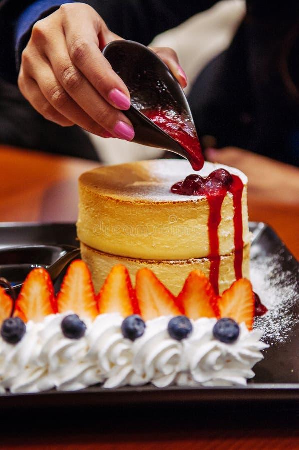 Bolo de queijo delicioso da cereja do Hokkaido com morango fresca e imagem de stock royalty free