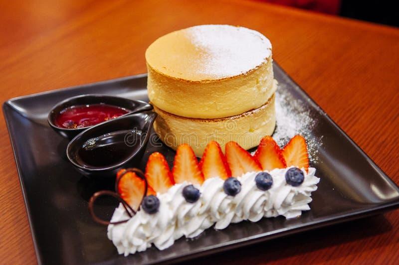 Bolo de queijo delicioso da cereja do Hokkaido com morango fresca e imagens de stock royalty free