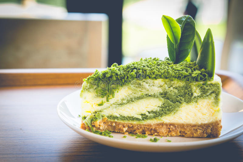Bolo de queijo do chá verde no prato branco fotografia de stock
