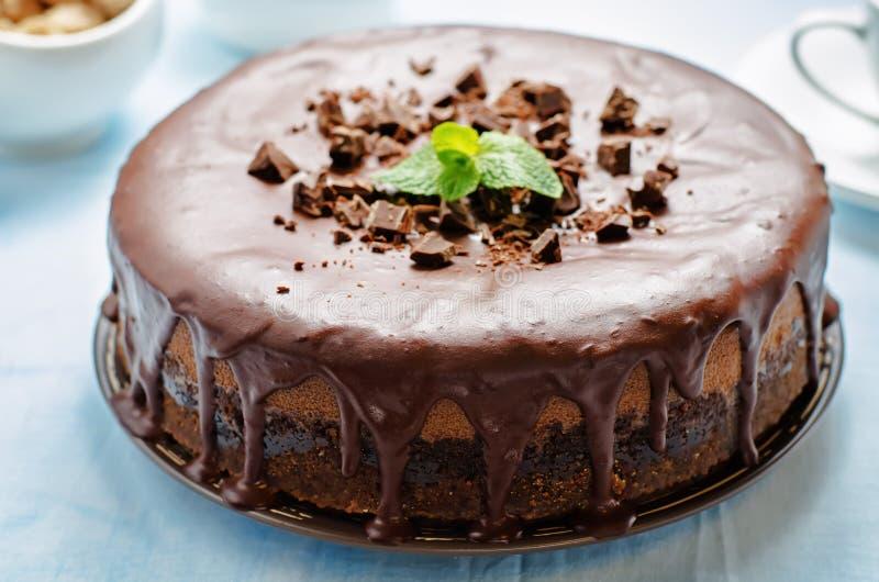 Bolo de queijo do chocolate com esmalte do chocolate fotografia de stock
