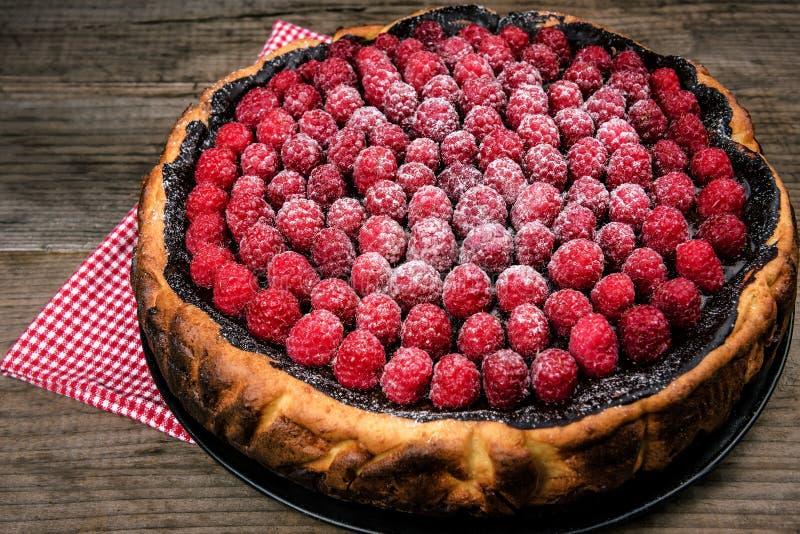 bolo de queijo do chocolate com framboesas foto de stock