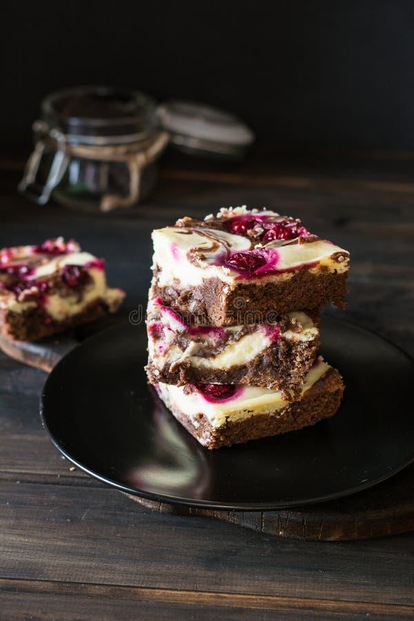 Bolo de queijo do chocolate mergulhado com brownie e cherrie escuro Bolo do cherrie do chocolate Partes de bolo de chocolate Sobr imagem de stock royalty free