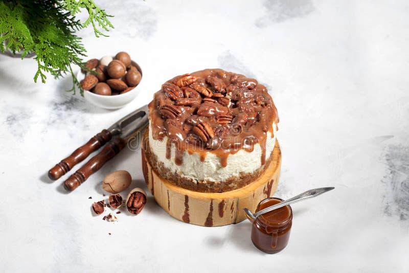 Bolo de queijo do Natal com nozes-pecã e molho do caramelo foto de stock royalty free