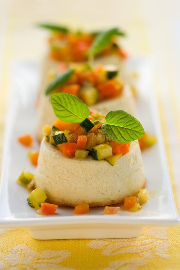 Bolo de queijo do Roquefort com vegetais fotos de stock royalty free
