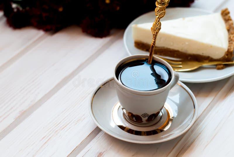 Bolo de queijo e uma xícara de café, vista superior imagens de stock