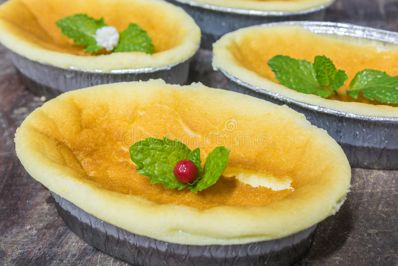Bolo de queijo liso marrom dourado imagens de stock