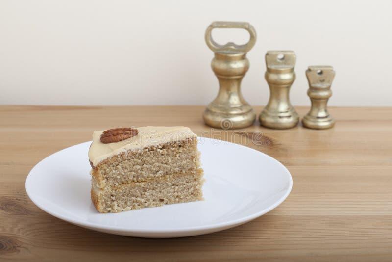 Bolo de Victoria Style Double Layer Songe da porca de noz-pecã do café com pesos imperiais foto de stock